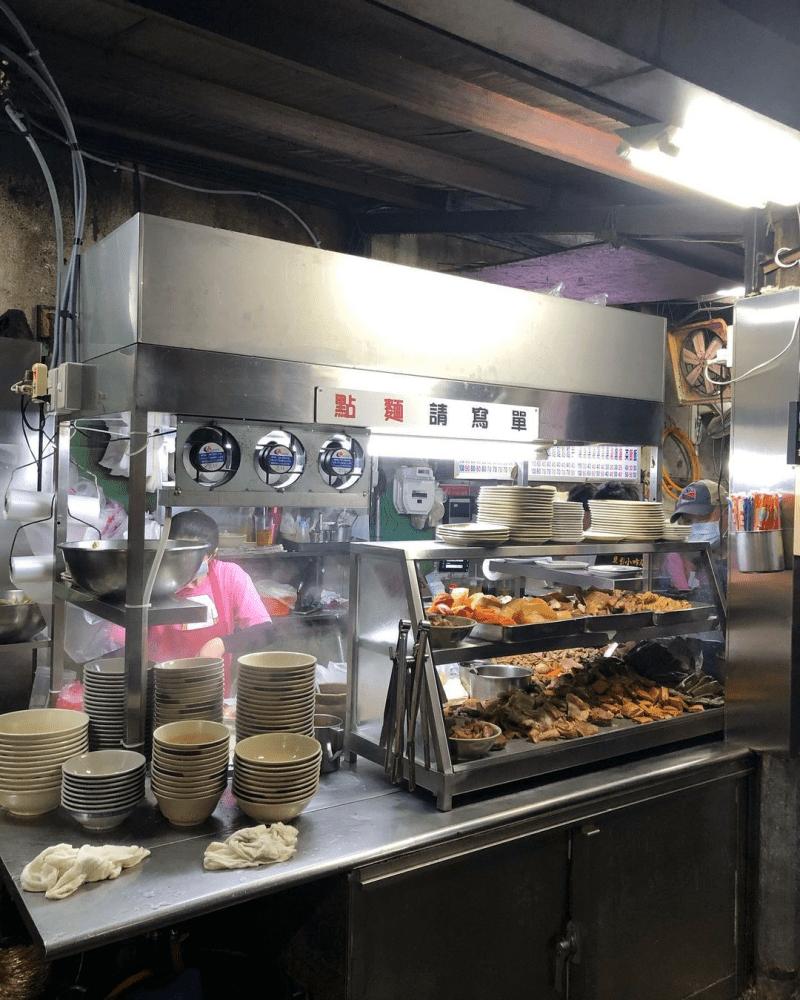 台北松山區美食「東引小吃店」平價傳統好滋味~深夜依舊大排長龍的人氣麵食、滷味!