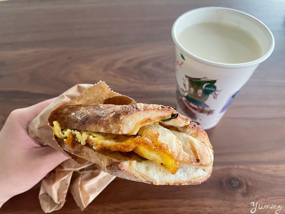 台北信義區早餐推薦「和記豆漿店」台北必吃燒餅知名老店,厚燒餅碳香氣味十足,配上蔥蛋超美味!
