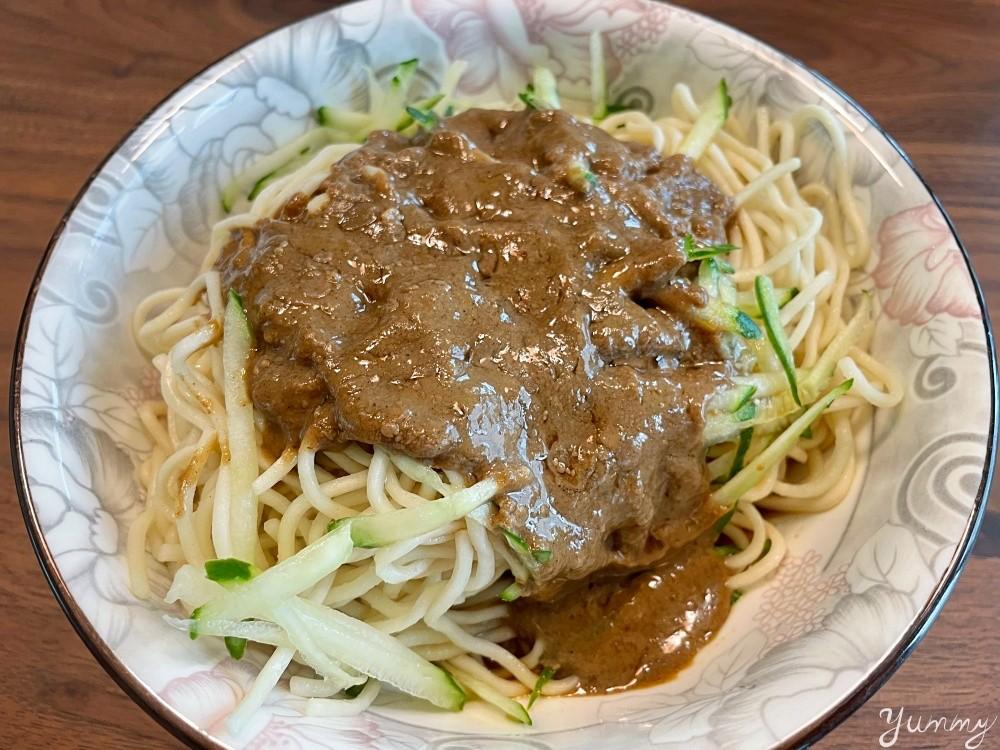通化夜市超人氣小吃「廖家涼麵專賣店」每天早上五點開賣,炎炎夏日就是想吃涼麵!