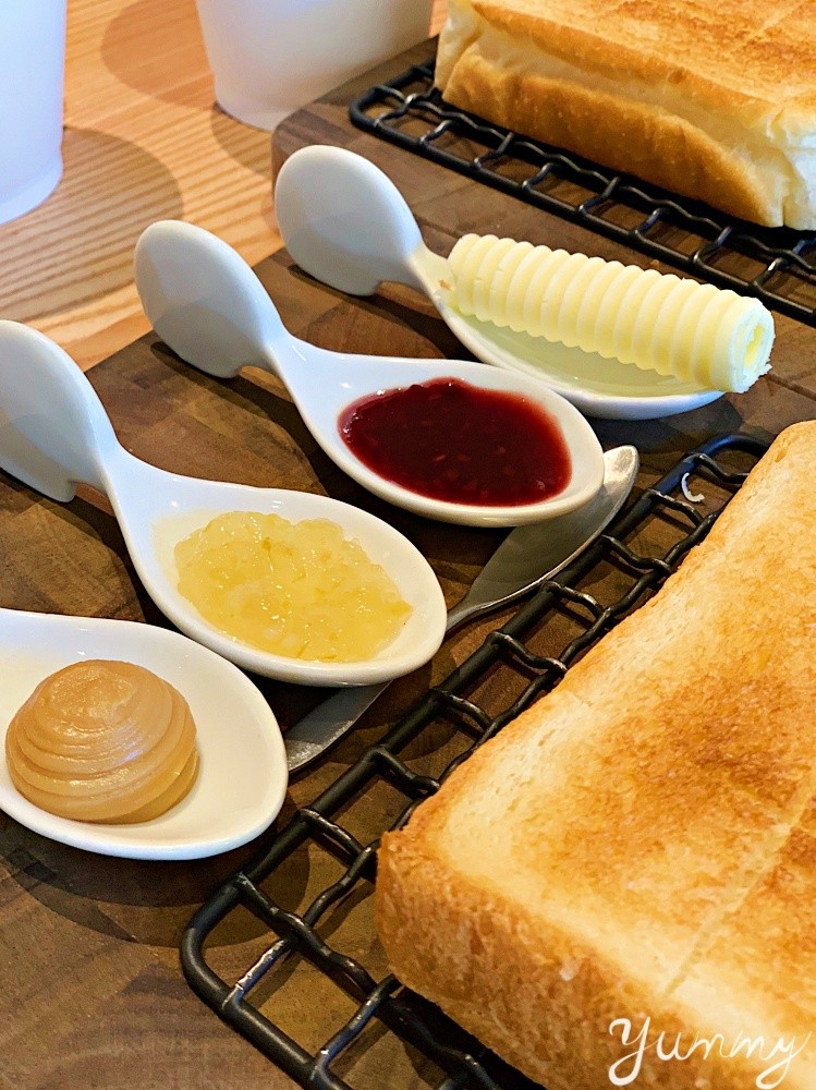 台北美食推薦「嵜本高級生吐司專門店」從日本紅到台灣的高級生吐司淋上果醬簡直絕配!