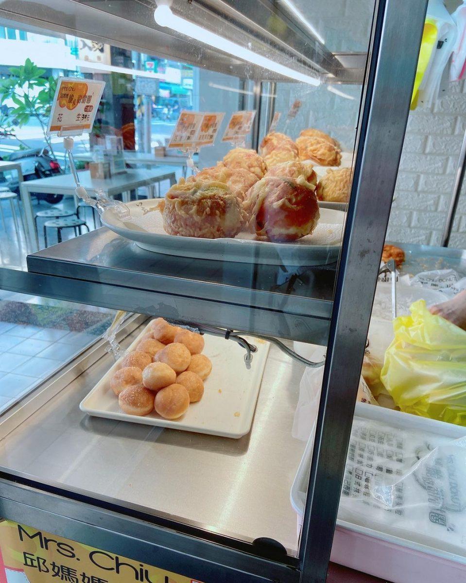 高雄人氣小吃「邱媽媽脆皮甜甜圈」新崛江商圈超夯團購美食,咔滋脆皮令人一吃上癮!