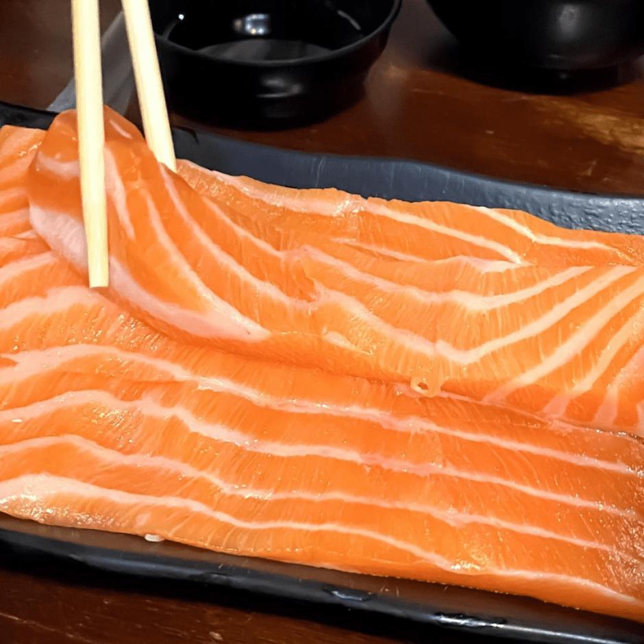 台北萬華區美食「三味食堂」超鮮甜巨無霸鮭魚肚、握壽司!顛覆你對吃生魚片的想像~
