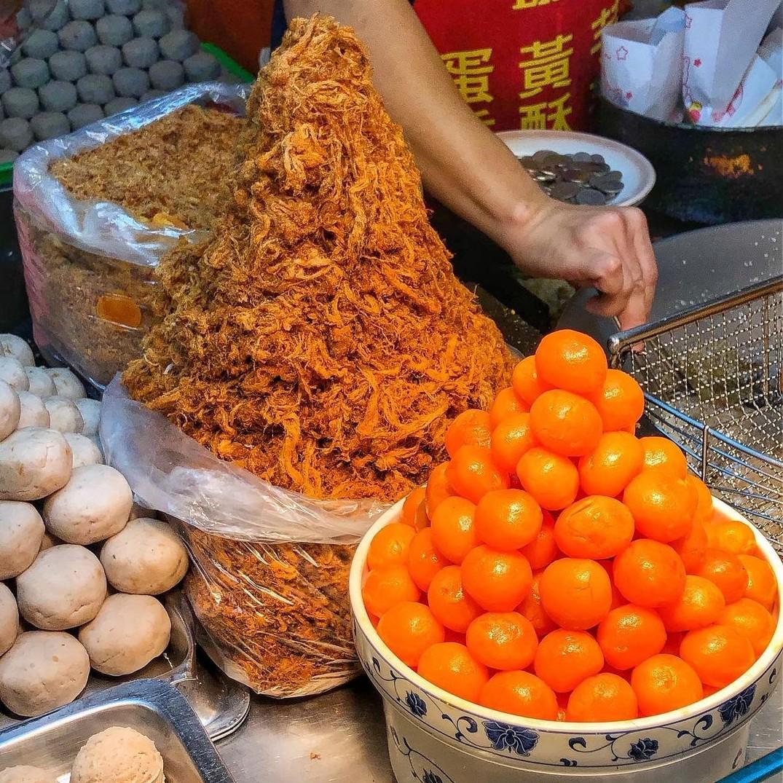 寧夏夜市必吃「劉芋仔香酥芋丸」超人氣排隊美食,好吃到米其林必比登都推薦!