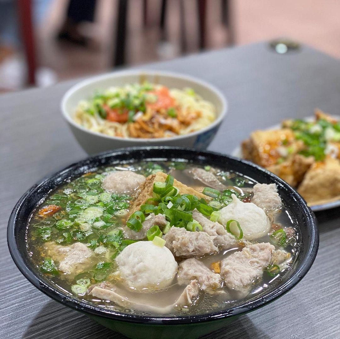 永和美食「龜叟的什錦麵」招牌什錦麵飄香五十年,永安市場人氣小吃!