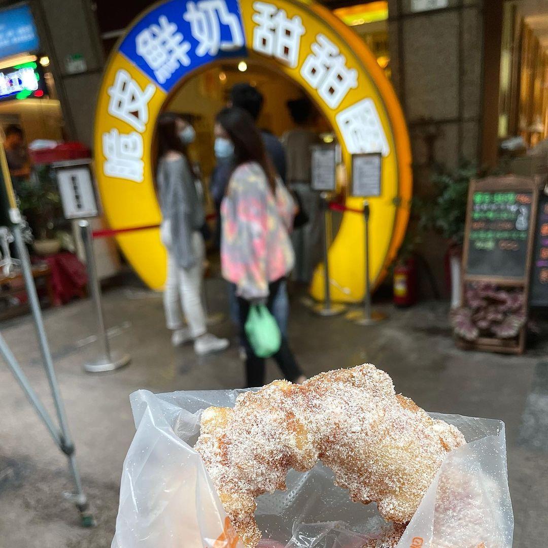 台灣人ㄟ脆皮鮮奶甜甜圈 晴光市場必吃銅板美食,一個25元,近捷運中山國小站!
